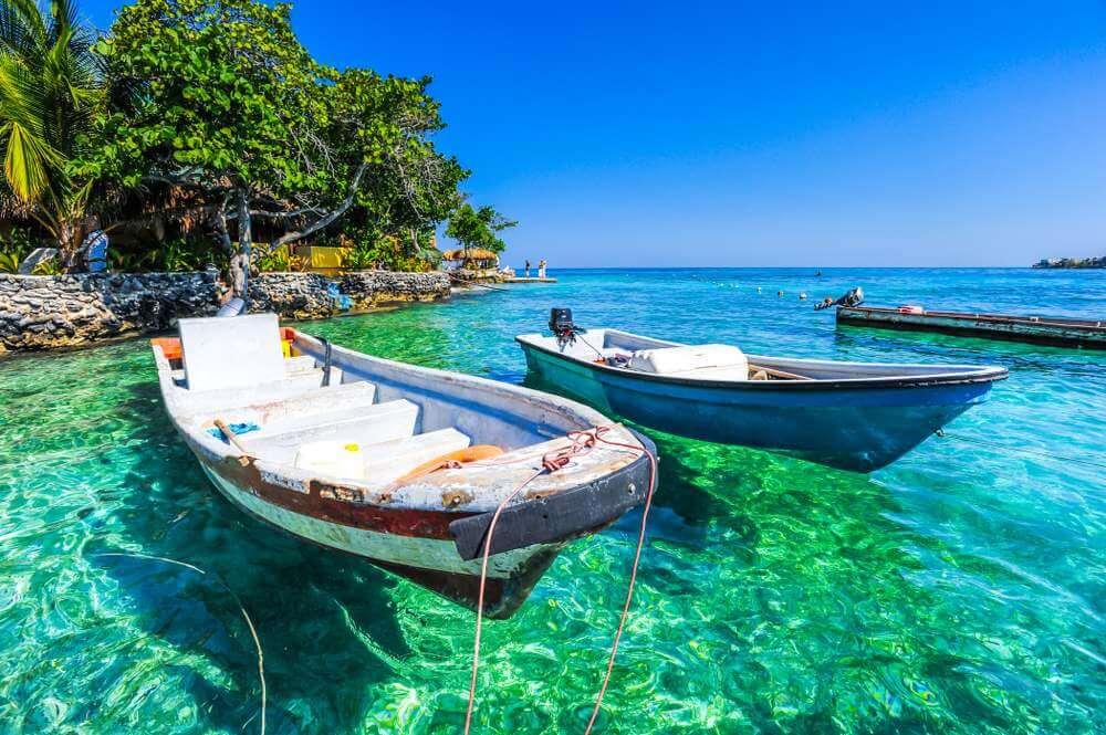 Vissersboten en helder water bij Islas del Rosario