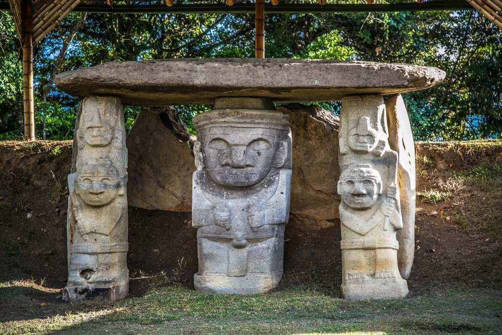 Beelden in het Parque Arqueologico van San Agustin