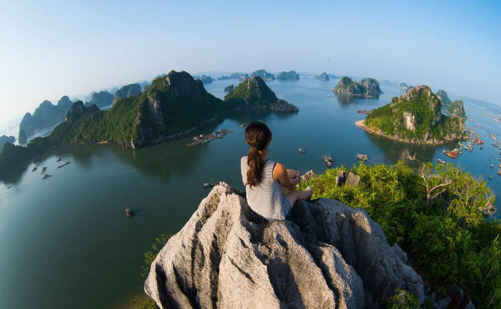 Vrouw die van het uitzicht geniet in Halong