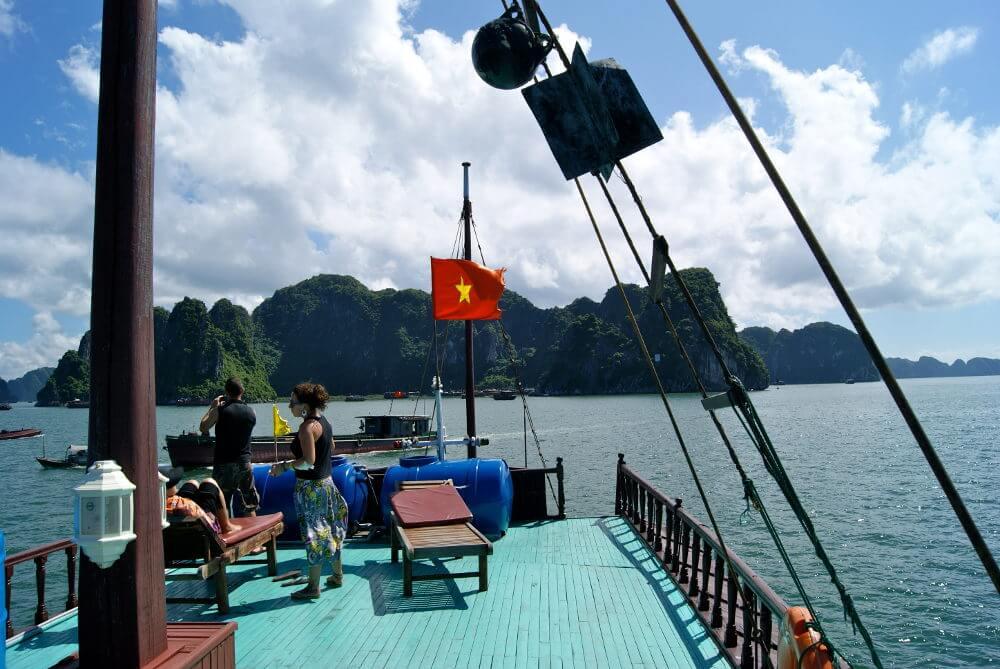 Uitzicht vanaf boot in Halong