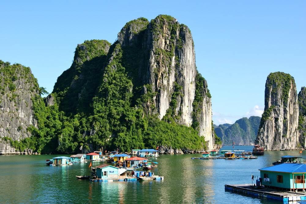 Drijvende dorpen in baai van Ha Long
