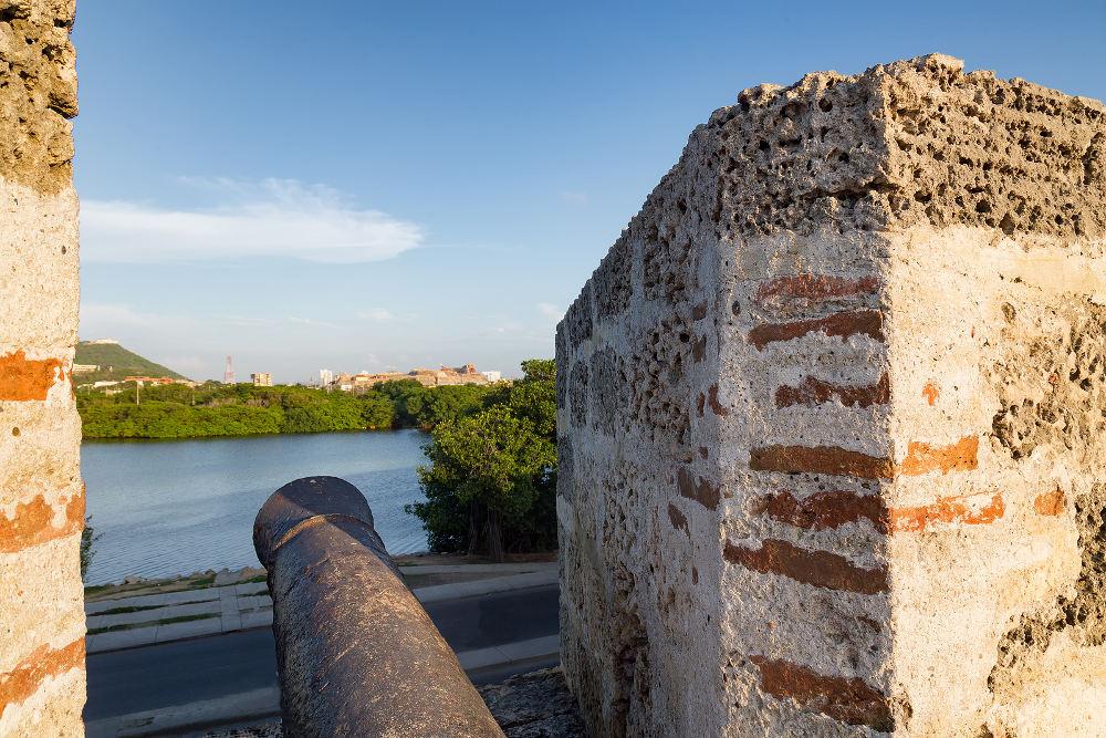 Een kanon kijkt uit op het Castillo de San Felipe de Barajas